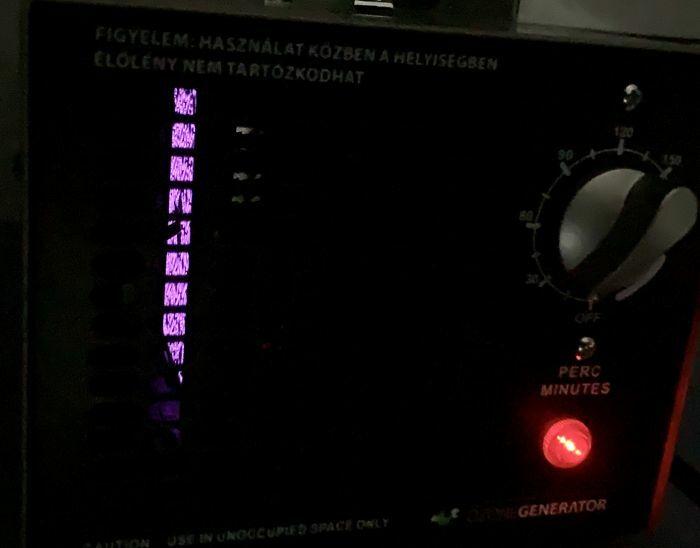 Ózongenerátor működés közben, sötétben, látható a korona kisülés ibolya színben