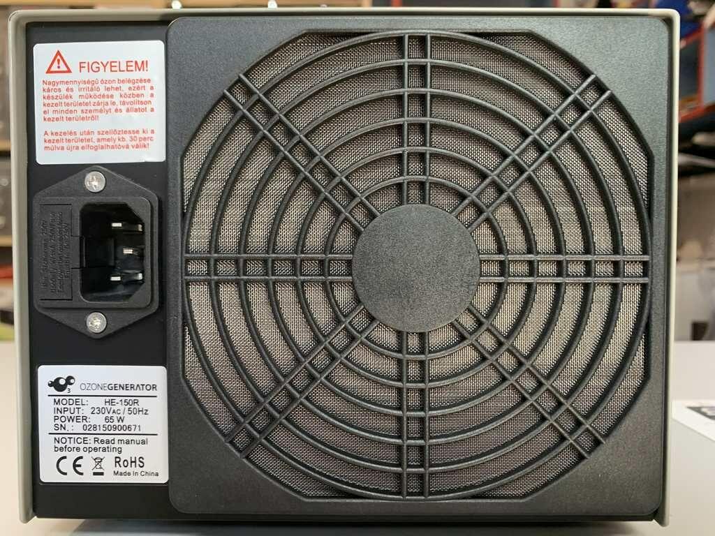 Az Ozonegenerator ózongenerátor hátulja, csatlakozó, védőrács, figyelmeztető felirat